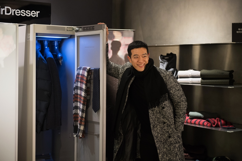 ▲에이어워즈 시상식장에서 패션피플들의 관심을 사로잡은 에어드레서. 한 참석자가 에어드레서앞에서 기념사진을 촬영하고 있다.