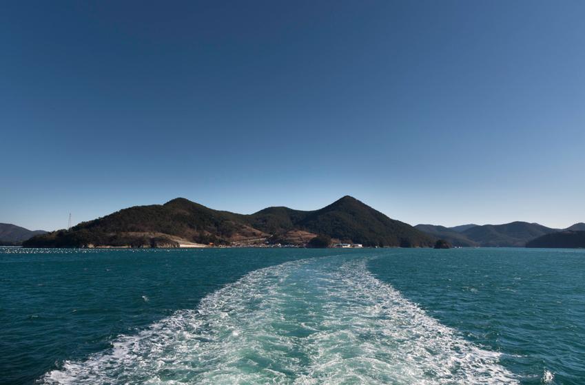 배타고 한산도르 들어가는 바다가의 모습
