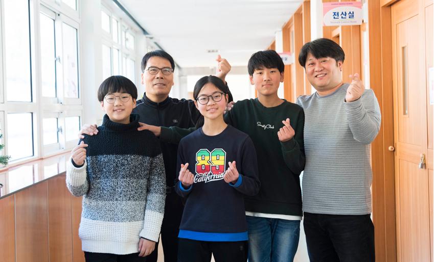 ▲ 손가락 하트로 제작진을 배웅한 1학년 학생들과 박철현 교감(사진 왼쪽에서 두 번째), 황봉하 교사(사진 오른쪽 첫 번째)