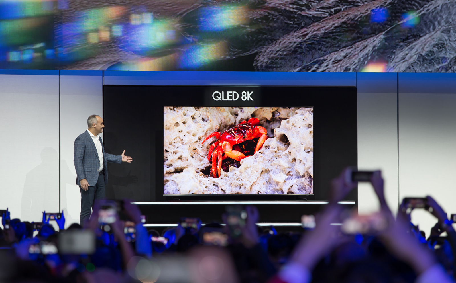 ▲ 미국법인 데이브 다스 상무가 98형 QLED 8K 제품을 최초로 공개하고 있다.