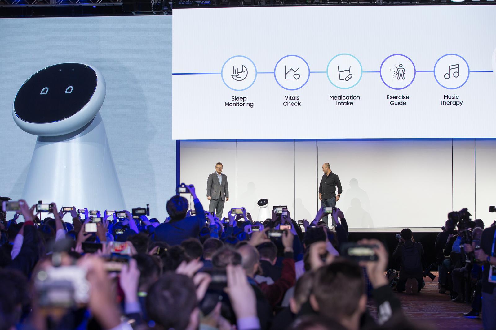 삼성전자 AI센터장 이근배 전무와 미국법인 이윤철 상품혁신 담당임원이 삼성의 하드웨어·소프트웨어·AI기술을 망라한 로봇 플랫폼 '삼성봇(Samsung Bot)'을 소개하고 있다. '삼성봇 케어'는 사용자의 혈압∙심박∙호흡∙수면 상태 측정뿐 아니라 사용자의 건강 이상을 점검하고 복약 관리도 해준다.