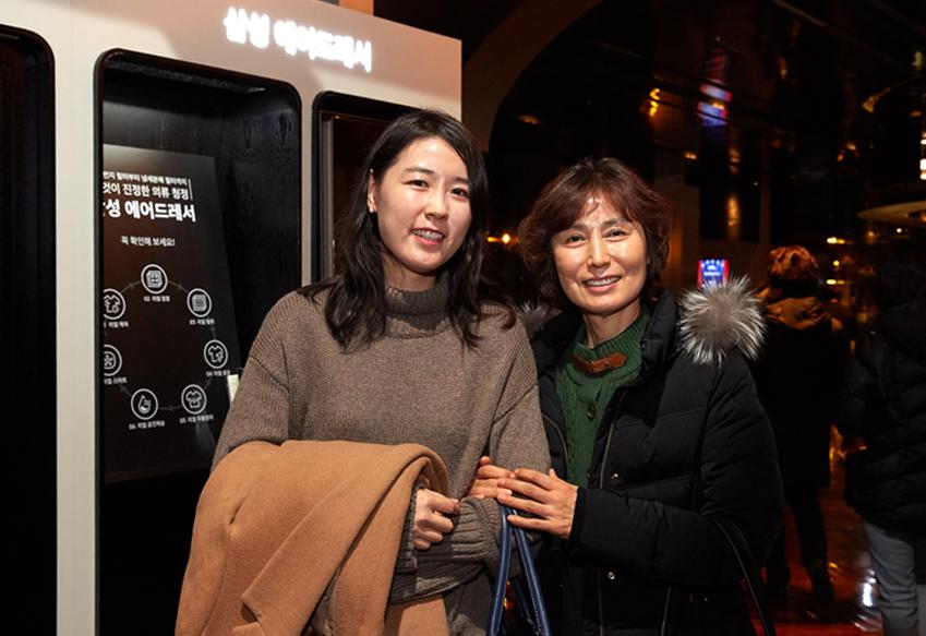 코트룸 서비스를 이용해본 김영현씨와 정미라씨