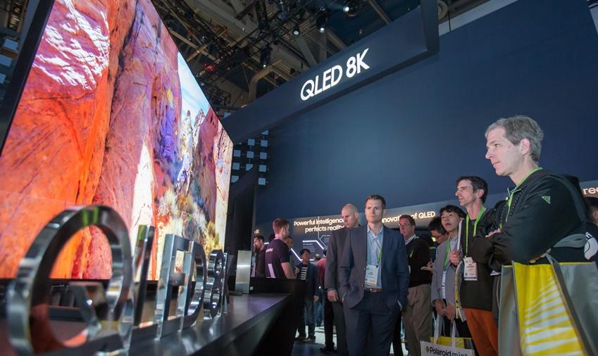 ▲ 미국 라스베이거스에서 열리는 세계 최대 전자 전시회 CES 2019 개막일인 8일(현지시간) 삼성전자 전시관에서 관람객들이 QLED 8K의 생생한 화질을 감상하고 있다.