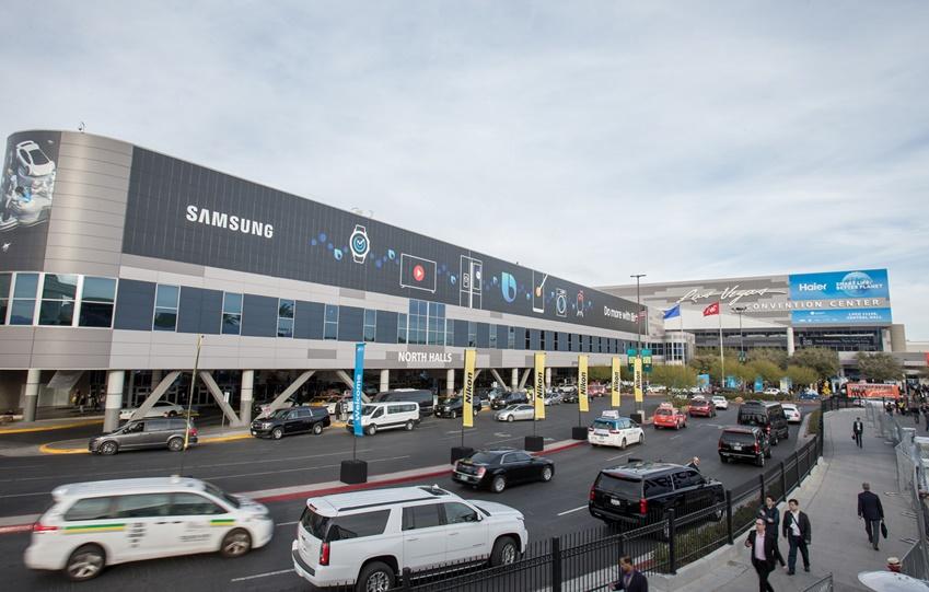 ▲ 8일부터 11일까지 세계 최대 전자 전시회 CES 2019가 열리는 미국 라스베이거스 컨벤션센터(LVCC)의 외경, 삼성전자 옥외광고.
