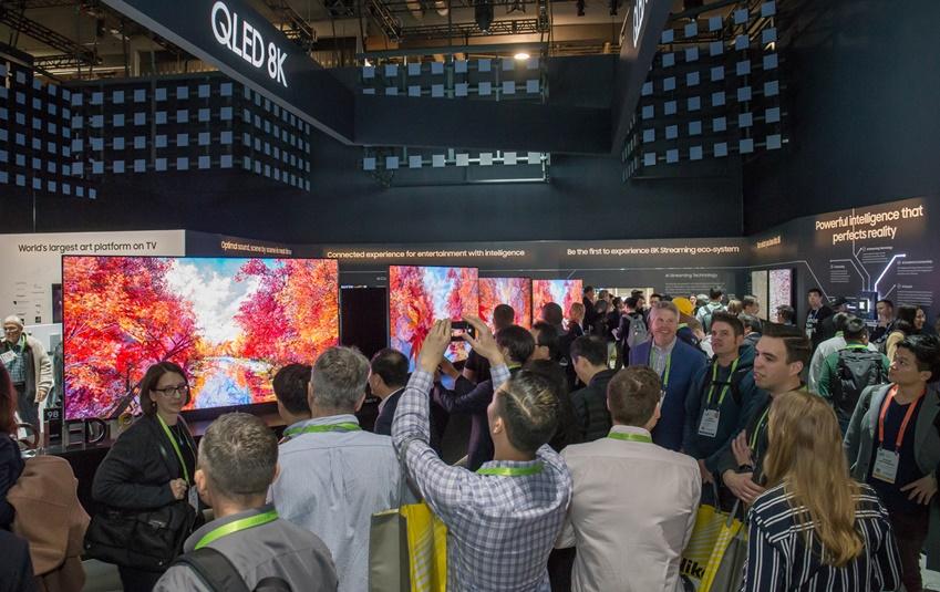▲ 미국 라스베이거스에서 열린 세계 최대 전자 전시회 CES2019에서 삼성전자 전시관에 방문한 관람객들이 'QLED 8K' TV의 선명한 화질을 감상하고 있다.
