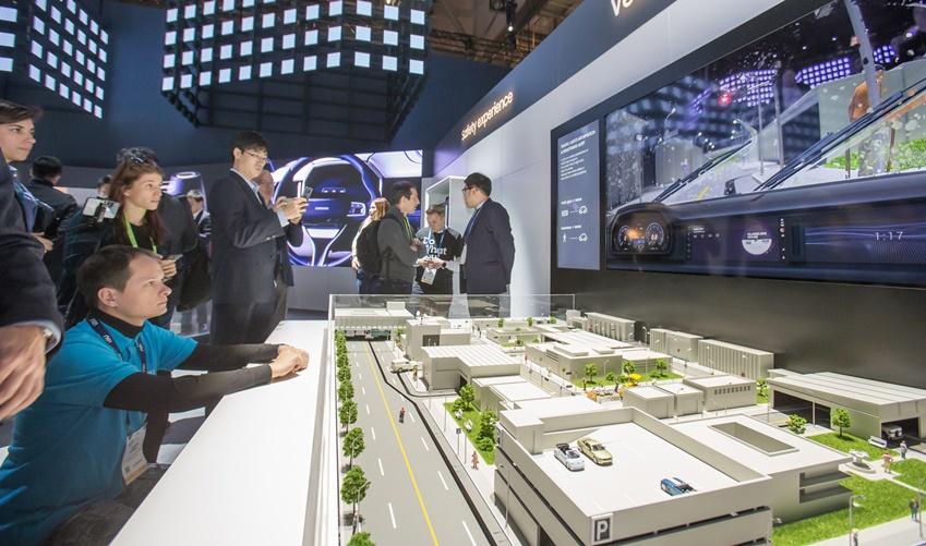 ▲ 미국 라스베이거스에서 열린 세계 최대 전자 전시회 CES2019에서 삼성전자 전시관에 방문한 관람객들이 셀룰러 기반의 차량 통신 기술 유저 케이스의 데모를 보고 있다.
