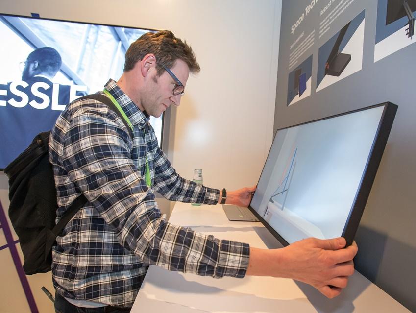 ▲ 미국 라스베이거스에서 열린 세계 최대 전자 전시회 CES2019에서 삼성전자 전시관에 방문한 관람객이 '스페이스 모니터'를 살펴보고 있다. 이 제품은 사용자가 책상에 제품을 고정시킨 후 벽에 밀착시켜 놓거나 앞으로 끌어 당겨 쓰는 등 자유로운 배치가 가능해 기존 모니터(자사 32형) 대비 약 40% 이상 공간 효율이 높아져 업무 생산성 향상에도 도움을 준다.