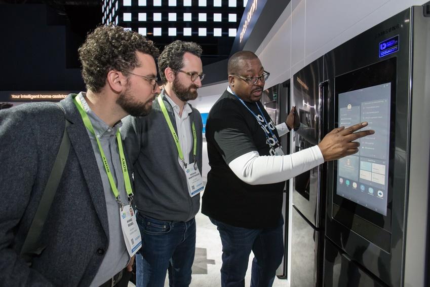 ▲ 미국 라스베이거스에서 열리는 세계 최대 전자 전시회 CES 2019 개막일인 8일(현지시간) 삼성전자 전시관에서 관람객들이 패밀리허브 스크린을 통해 냉장고 문을 열지 않고도 내부의 식재료를 들여다 보고 있다.