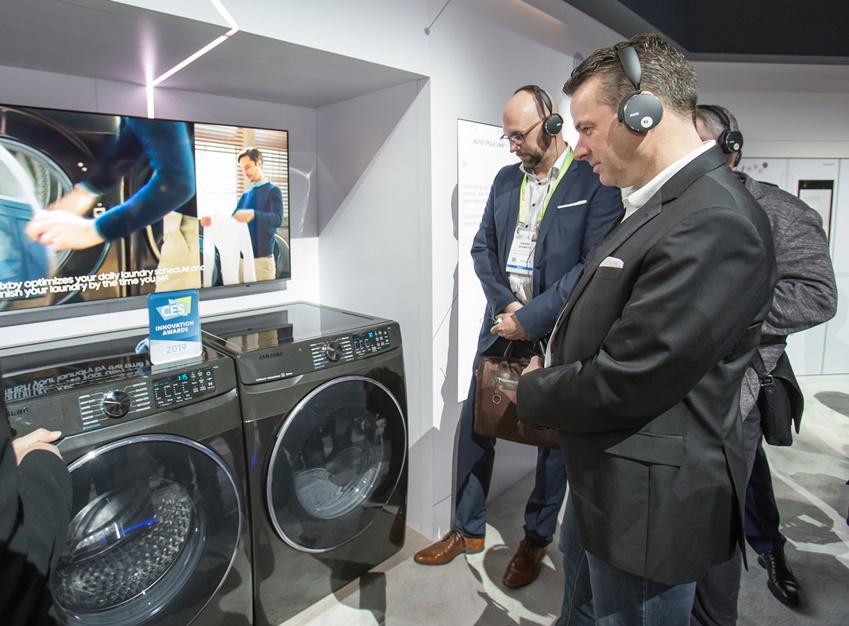 ▲ 미국 라스베이거스에서 열리는 세계 최대 전자 전시회 CES 2019 개막일인 8일(현지시간) 삼성전자 전시관에서 바이어들이 CES 2019 혁신상을 수상한 세탁기를 살펴보고 있다.