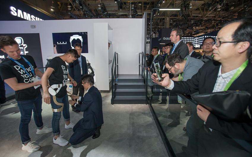 ▲ 미국 라스베이거스에서 열리는 세계 최대 전자 전시회 CES 2019 개막일인 8일(현지시간) 삼성전자 전시관에서 관람객들이 웨어러블 보행 보조로봇의 시연을 보고 있다.