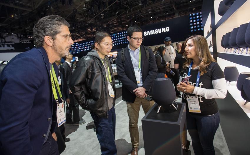▲ 미국 라스베이거스에서 열리는 세계 최대 전자 전시회 CES 2019 개막일인 8일(현지시간) 삼성전자 전시관에서 관람객들이 인공지능(AI) 스피커 갤럭시홈을 살펴보고 있다.