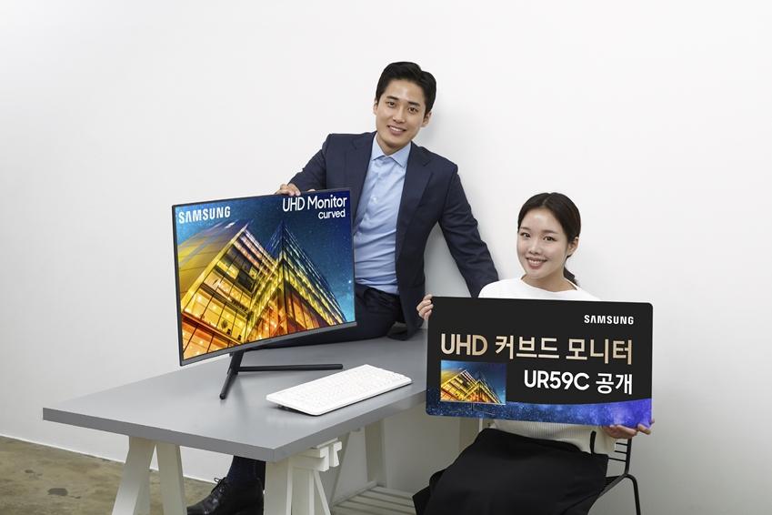 삼성전자가 CES 2019에서 업무 공간의 변화를 가져올 '스페이스 모니터'와 화질 혁신을 보여줄 '커브드 QLED 게이밍 모니터' 신제품을 공개한다. 삼성전자 모델들이 '커브드 UHD 모니터(모델명: UR5GC)'를 소개하고 있다.