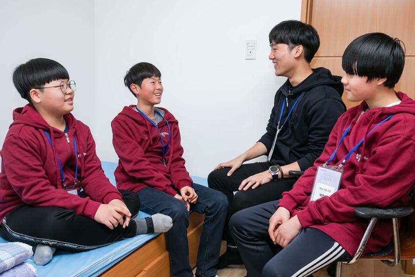 '경희대학교 국제캠퍼스'에서 실시되는 '2019 삼성드림클래스 겨울캠프' 에 참가한 중학생, 대학생들이 기숙사에서 대화를 나누고 있다.
