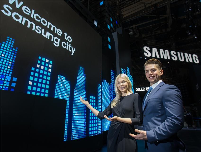 삼성전자 전시관 입구에는 초대형 LED 사이니지로 구성된 파사드가 설치돼 첨단 기술이 만들어가 가는 미래 도시의 모습을 형상화하고 창사 50주년을 기념해 삼성전자의 전략제품과 브랜드 이미지를 담은 영상을 보여 준다.