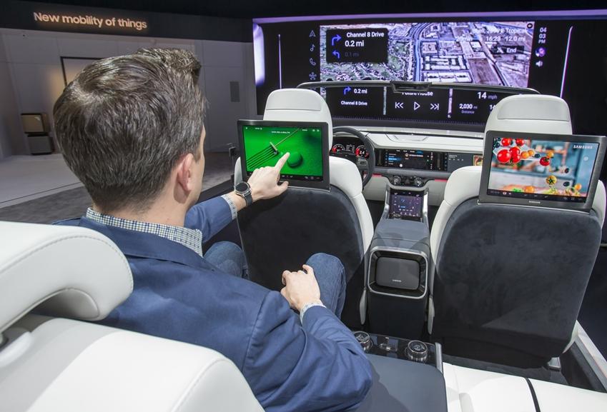 세계 최대 전자 전시회 CES 2019가 개막한 8일(현지시간) 미국 라스베이거스 컨벤션센터(LVCC)의 삼성전자 부스에서 삼성전자 모델이 개인에게 최적화된 환경과 인포테인먼트 시스템을 제공하는 차량용 '디지털 콕핏 2019'를 시연하고 있다.