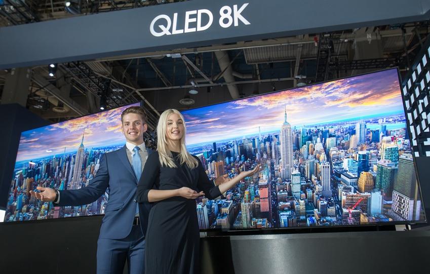 삼성전자 전시관에는 'QLED 8K'는 AI기술을 기반으로 화질·사운드·스마트 기능이 향상됐으며, 방문객들이 각각의 장점을 체험할 수 있도록 구성되어 있다. 특히, 삼성의 독자적인 반도체 기술이 접목된 AI 화질 엔진 '퀀텀 프로세서 8K'는 이번 CES에서 혁신상을 수상했다.