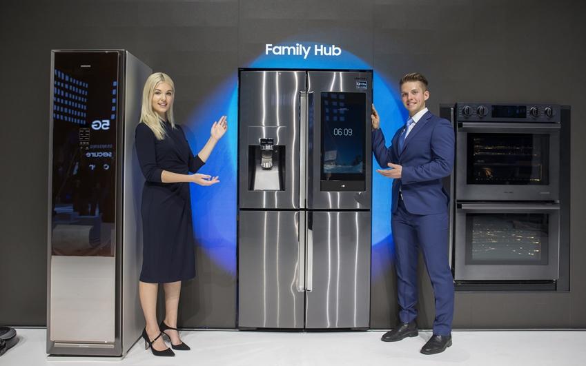 삼성전자는 인텔리전스 플랫폼 '뉴 빅스비'와 IoT기술을 기반으로 에어드레서, 패밀리허브 냉장고, 스마트 오븐 등 삼성의 다양한 기기들을 연동해 '커넥티드 솔루션'을 제시한다.