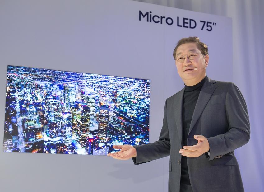 삼성전자 영상디스플레이 사업부장 한종희 사장은 이 날 전 세계 500여명의 미디어가 참석한 가운데 '마이크로 LED'를 적용한 75형 스크린을 세계 최초로 공개하고, AI 시대의 스크린 혁신에 대한 비전을 공유했다.