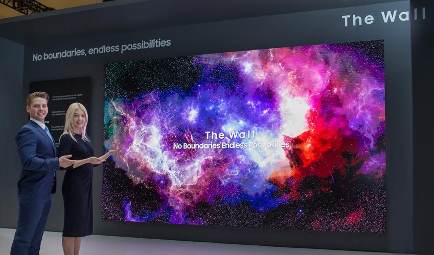 삼성전자는 디자인과 사용성을 대폭 개선한 2019년형 '더 월'을 선보였다. 이 제품은 16:9 비율의 146형(4K)부터 219형(6K), 21:9의 와이드 스크린 등 소비자가 원하는 사이즈, 형태로 설치가 가능하다. 삼성전자 모델이 219형의 압도적인 크기를 자랑하는 2019년형 '더 월'을 소개하고 있다.