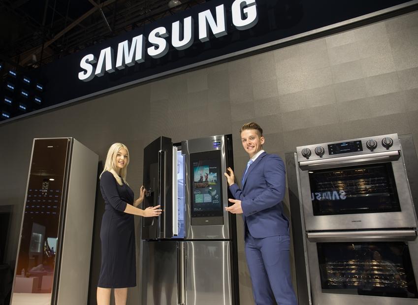 삼성전자 모델들이 미국에서 열리는 세계 최대 전자 전시회 CES 2019에서 2019년형 패밀리허브 제품을 소개하고 있다.