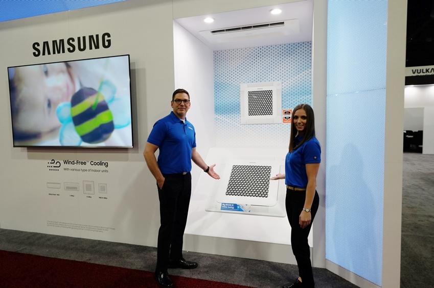 삼성전자가 미국 조지아주 애틀랜타에서 열리는 'AHR엑스포'에 참가해 무풍에어컨을 포함해 북미 시장을 공략할 혁신 공조 솔루션을 대거 선보인다. 삼성전자 모델들이 무풍 4Way 카세트 제품을 소개하고 있다.
