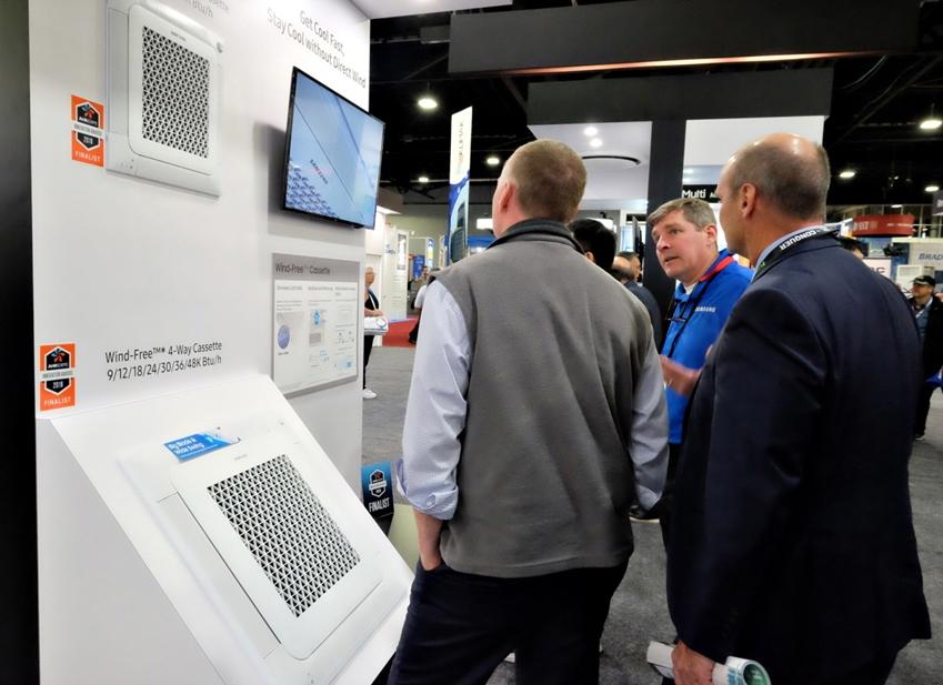 삼성전자가 미국 조지아주 애틀랜타에서 열리는 'AHR엑스포'에 참가해 무풍에어컨을 포함해 북미 시장을 공략할 혁신 공조 솔루션을 대거 선보인다. 삼성전자 무풍체험존에 방문한 관람객들이 무풍 4Way 카세트 제품 설명을 듣고 있다.