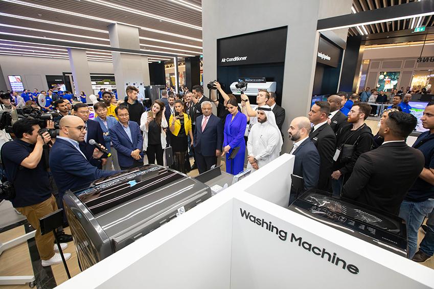 15일(현지시간) 아랍에미레트 두바이의 최대 쇼핑몰 두바이몰에서 열린 '삼성 익스피리언스 스토어' 오프닝 행사에서 삼성전자 관계자와 현지 거래선 대표들이 참석해 설명을 듣고 있다.