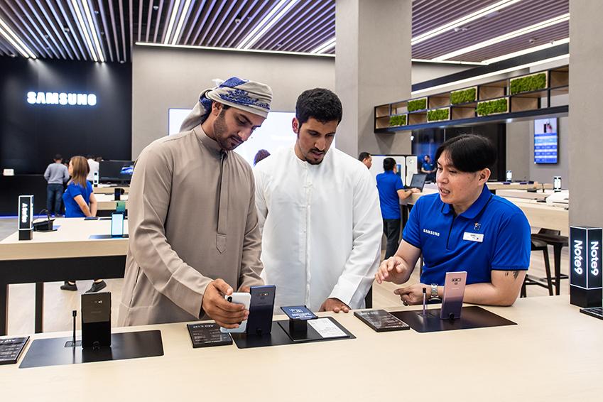 '삼성 익스피리언스 스토어'에 방문한 고객들이 제품을 사용하고 있다.