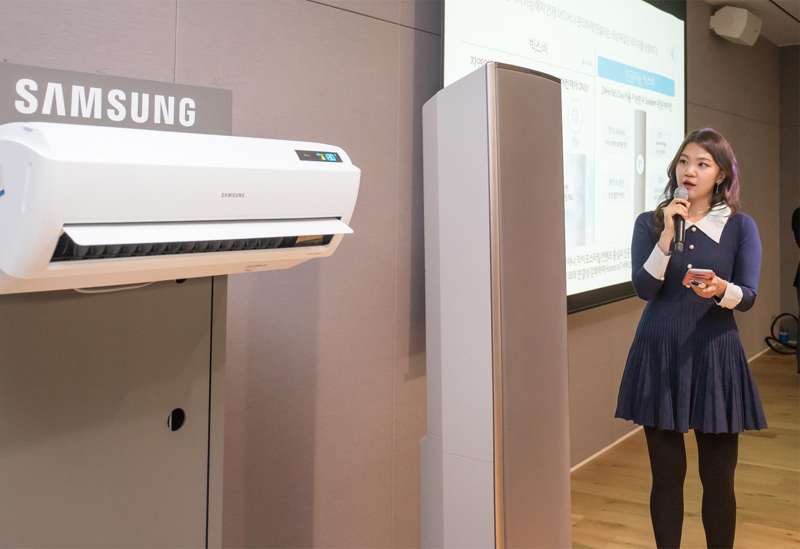 삼성전자 생활가전사업부 직원(전략마케팅팀 이경주)이 삼성의 독자적인 인공지능 플랫폼 '뉴 빅스비'를 통한 '무풍에어컨' 제품 시연을 하고 있다.
