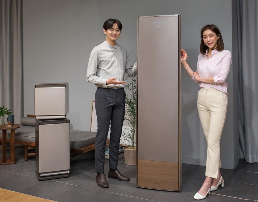 삼성전자가 17일 서울 우면동에 위치한 '삼성전자 서울 R&D캠퍼스'에서 냉방 성능과 디자인의 격을 한층 높여 완전히 새로워진 2019년형 '무풍에어컨'을 공개했다. 삼성전자 모델들이 제품을 소개하고 있다.