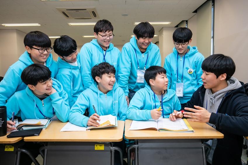 지난 17일 인천광역시 송도에 위치한 연세대학교 국제캠퍼스에서 2019년 삼성드림클래스 겨울캠프에 참가한 중학생들이 대학생 멘토와 대화를 나누고 있다.