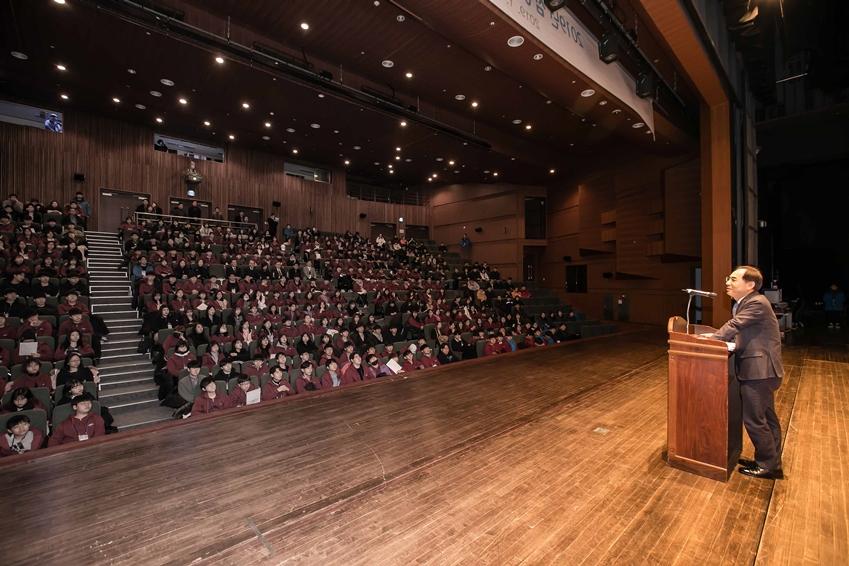 24일 경기도 용인시에 위치한 경희대학교 국제캠퍼스에서 삼성전자 노희찬 사장이 '2019년 삼성드림클래스 겨울캠프'를 성공적으로 수료한 중학생, 대학생들에게 축하 인사말을 하고 있다.