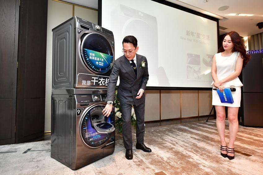 남성복 편집숍 '알란스'의 대표인 남훈 패션 디렉터(좌측)가 중국 왕훙들을 대상으로 삼성전자 퀵드라이브 세탁기와 건조기 제품을 시연하며 스타일링 클래스를 진행하고 있다.