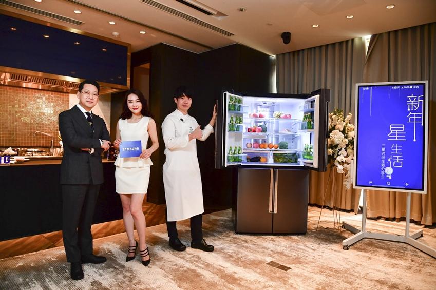 삼성전자 '클럽 드 셰프 코리아'의 이충후 셰프(우측)가 중국 왕훙들을 대상으로 메탈쿨링이 적용된 4도어 냉장고를 소개하고 있다.