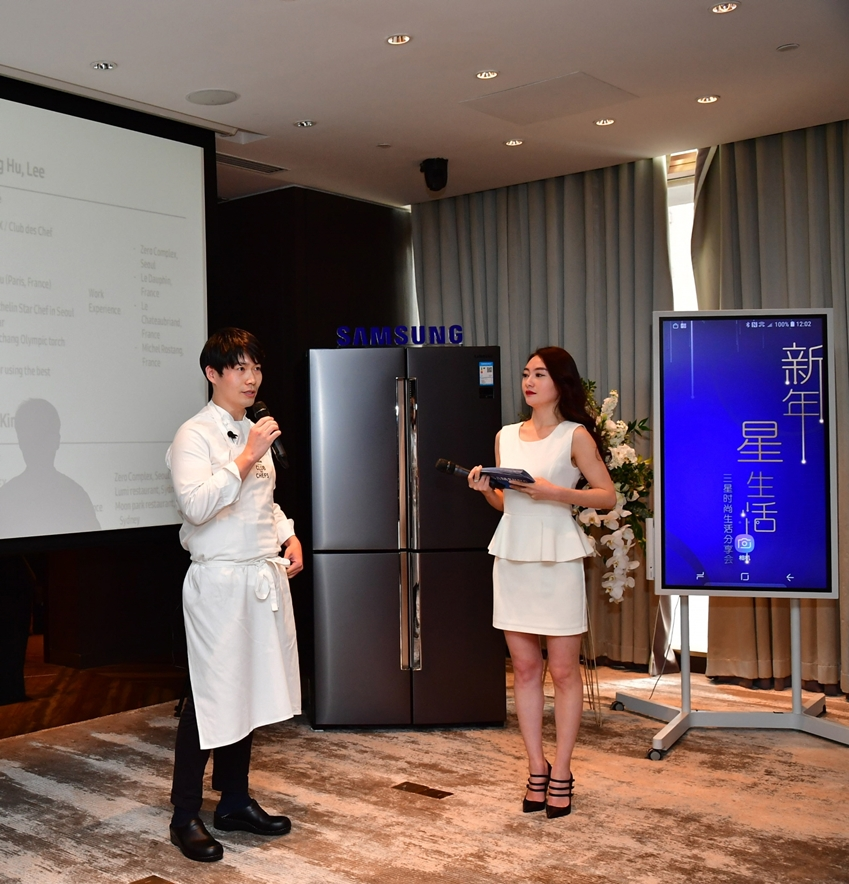 삼성전자 '클럽 드 셰프 코리아'의 이충후 셰프(좌측)가 중국 왕훙들을 대상으로 메탈쿨링이 적용된 4도어 냉장고를 소개하고 있다.