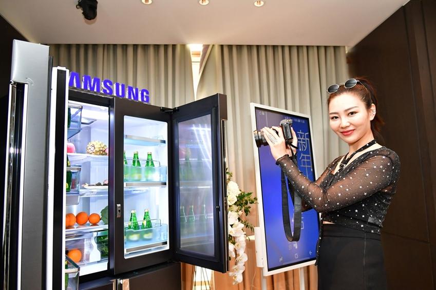 중국 패션 분야 왕훙 '리우웬웬(LiuWenwen, 웨이보 팬 수 169만명)'이 삼성전자 메탈쿨링 4도어 냉장고를 직접 체험해보고, 웨이보·위챗 등 SNS에 올리기 위한 제품사진을 촬영하고 있다.