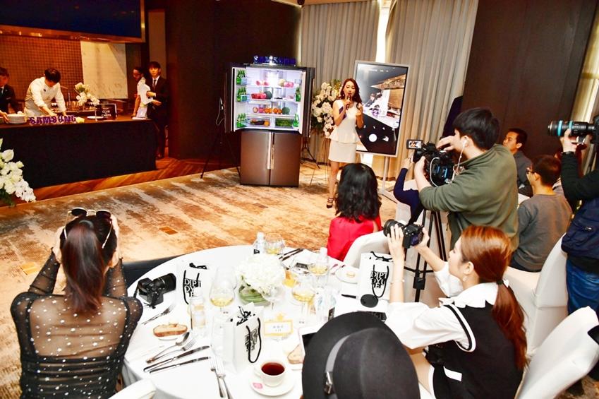 중국 푸드·패션·라이프스타일 분야 왕훙들이 삼성 주방가전을 이용해 펼치는 이충후 셰프(좌측 두번째)의 쿠킹쇼를 SNS에 올리기 위해 촬영하고 있다.