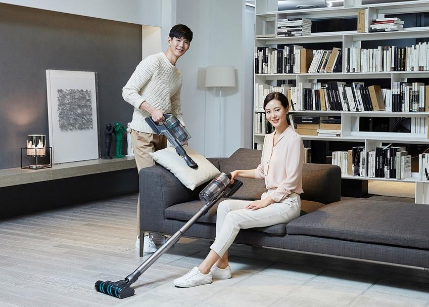 삼성전자가 무선 청소기 업계 최고 수준인 200W(와트) 흡입력을 구현하고 차별화된 미세먼지 배출 차단 시스템을 갖춘 프리미엄 무선청소기 '삼성 제트'를 출시한다. 삼성전자 모델들이 무선 청소기 '삼성 제트'를 소개하고 있다.