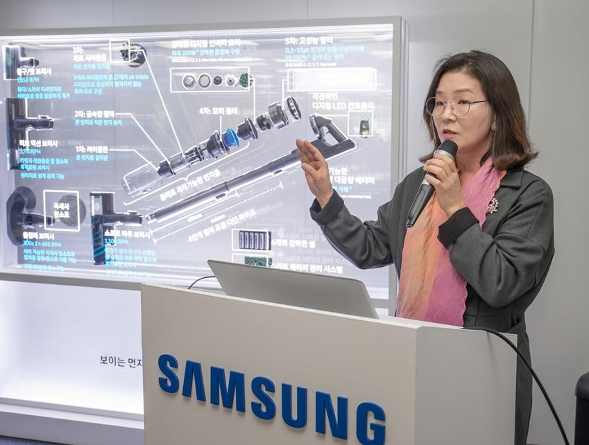 삼성전자 생활가전사업부 청소기 상품기획담당 정유진 상무가 프리미엄 무선 청소기 '삼성 제트'에 대해 설명하고 있다.