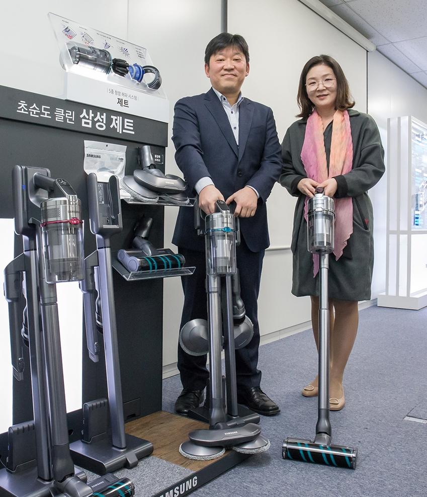 (좌측부터) 삼성전자 생활가전 사업부 청소기 개발랩장 김신 수석과 청소기 상품기획담당 정유진 상무가 '삼성 제트'를 소개하고 있다.