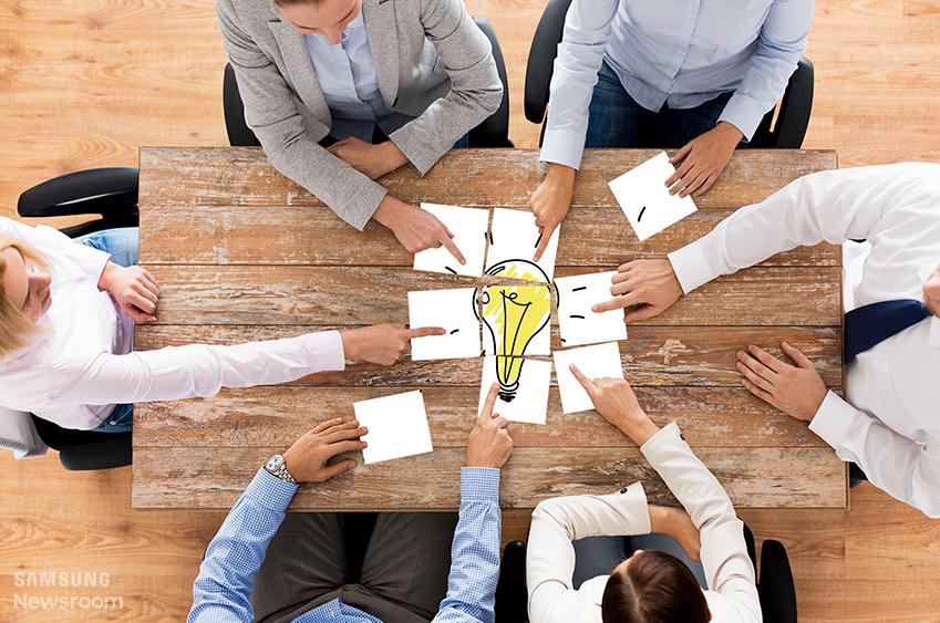 아이디어 회의를 하는 직장인들