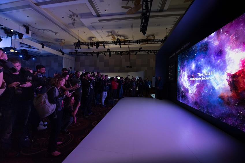 ▲ 2019년형 '더 월(The Wall)'을 살펴보는 관람객들. 디자인과 사용성이 대폭 향상되었으며, 219인치 마이크로 LED 스크린으로 압도적인 몰입감을 선사한다.