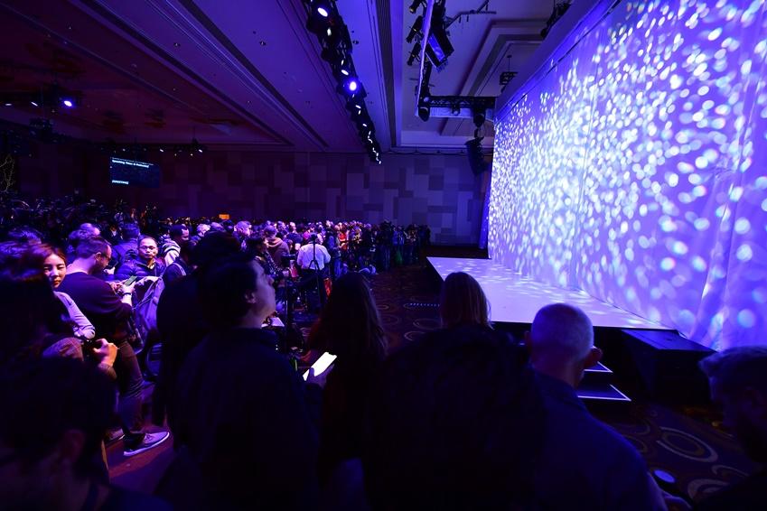 ▲ 1월 6일, 약 400여 명의 참석자들이 미국 라스베이거스 아리아 호텔에 모여 '퍼스트 룩' 행사 시작을 기다리고 있다.