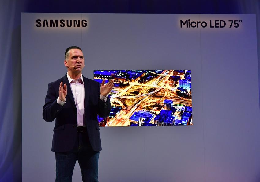 """▲ 앤드류 시보리 상무는 마이크로 LED 스크린에 대한 삼성의 비전을 소개하며 """"우리는 전통적인 디스플레이의 한계를 뛰어넘을 것""""이라고 말했다."""