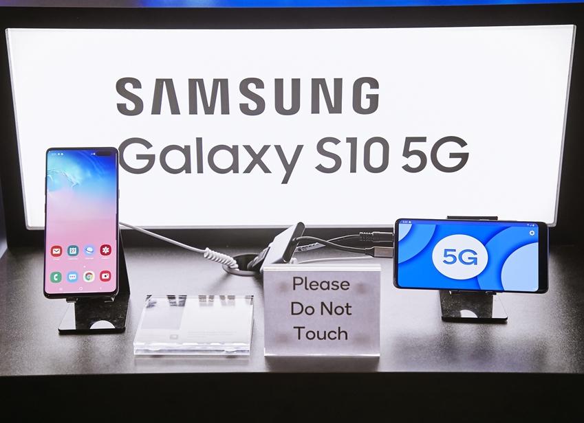 ▲ MWC19 퀄컴사 부스에서 갤럭시 S10 5G 스마트폰을 선보이고 있다.