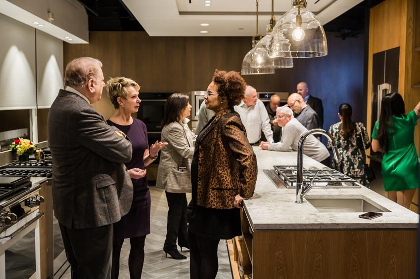 30일과 31일(현지시간) 양일간 열린 쇼룸 오프닝 행사에서 미국 동부 지역 주요 거래선과 디자인 전문 미디어, 키친 디자이너 등 업계 관계자들이 '모더니스트 컬렉션'과 '헤리티지 컬렉션' 등 데이코 빌트인 주방 가전 제품들을 살펴보고 있다.