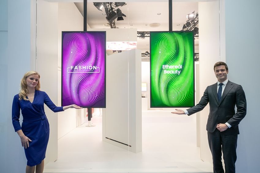 삼성전자가 네덜란드 암스테르담에서 열리는 유럽 최대 디스플레이 전시회 'ISE 2019'에 참가해 8K 사이니지 등 상업용 디스플레이 신제품을 대거 공개한다. 삼성전자 모델들이 세미 아웃도어 사이니지 'OMN' 시리즈를 소개하고 있다.