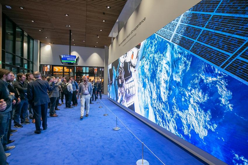 ISE 2019 관람객들이 삼성전자 부스에 방문해 396형 P.12 LED 사이니지에 '멀티링크 LED HDR' 기술로 구현된 8K LED HDR 영상을 감상하고 있다.