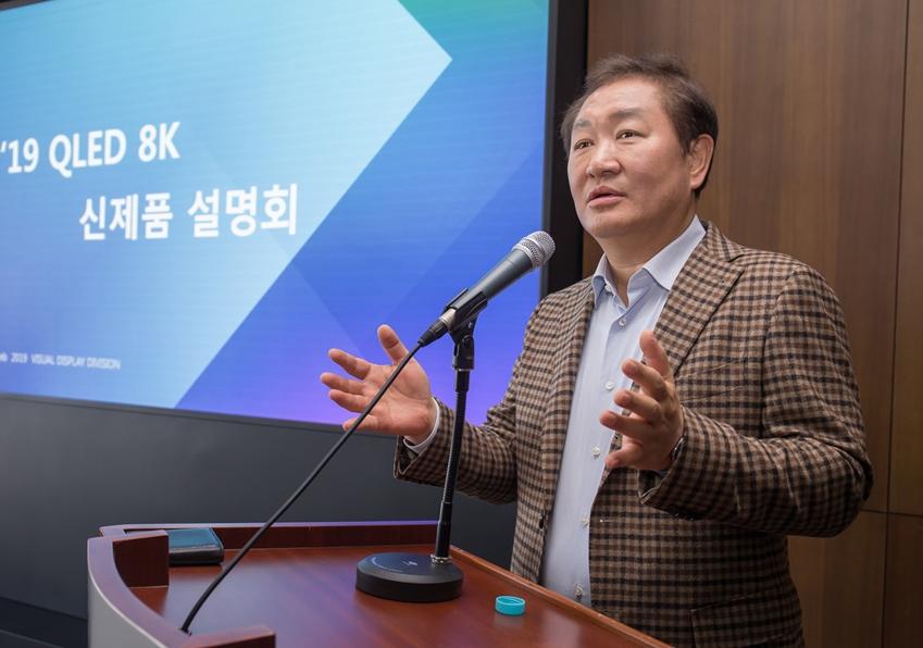 삼성전자 영상디스플레이사업부장 한종희 사장이 2019년형 QLED 8K로 올해 TV시장을 선도해 나가겠다는 비전을 발표하고 있다.