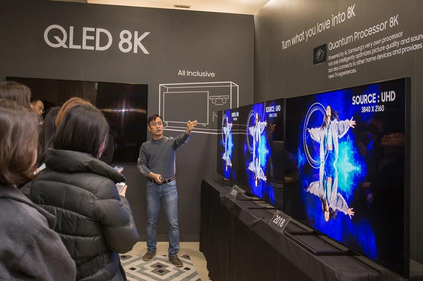 삼성전자 연구원이 2019년형 QLED 8K의 화질을 시연하고 있다. QLED 8K는 입력되는 영상의 화질에 상관없이 8K 수준의 시청 경험을 제공하며, 새로운 화질 기술이 적용돼 한층 개선된 블랙 표현과 시야각을 자랑한다.